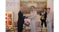 Arun Mishra, left, regional director of International Civil Aviation Organisation (ICAO) Asia Pacific, join  hands with Prime Minister Prayut Chan-o-cha yesterday after the ICAO removed the red flag over  safety issues on Saturday.
