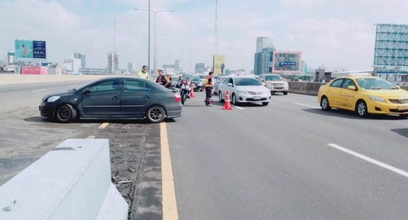 Photo from @fm91trafficpro: Officials make a special u-turn spot on the Don Muang Tollway at 10:02 am for motorists to go back after vehicles cannot leave the elevated way at the Din Daeng exit due to severe flooding.