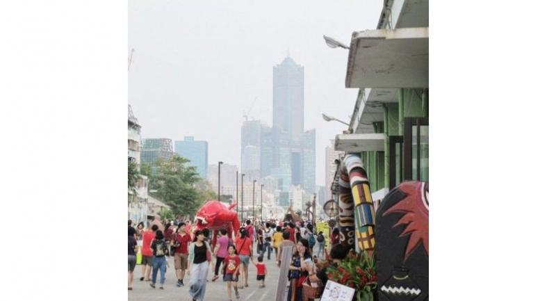 Tourists make their way in the southern city of Kaohsiung during the Double Ten Holiday in this file photo from Oct. 9, 2017.