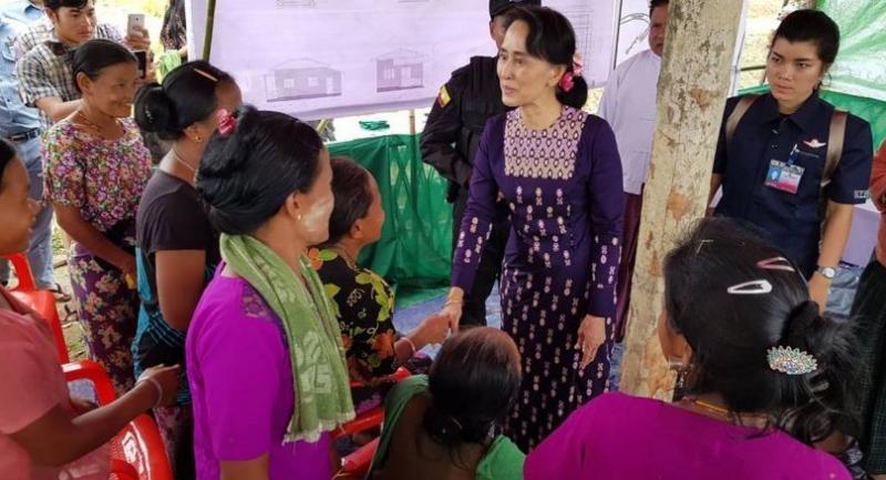 Myanmar State Counselor Aung San Suu Kyi (C) meets with Myo ethnic people in northern Maungdaw, Myanmar's Rakhine State on November 2, 2017./AFP