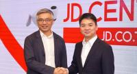 Tos Chirathivat, left, CEO of Central Group, celebrates the deal with Richard Liu, JD.com's chairman and CEO, at a press conference yesterday in Bangkok where more details of the joint venture were given.