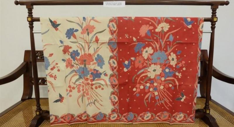 A Pengaruh Belanda sarong shows Dutch influence.