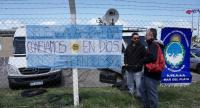 Banners and Argentine flags with message in support of submarine crew members are displayed outside Argentina's Navy base in Mar del Plata, on the Atlantic coast south of Buenos Aires, on November 19.//AFP