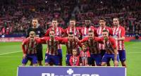 Atletico players pose before the Spanish league football match Atletico Madrid vs Real Madrid at the Wanda Metropolitan stadium in Madrid on November 18, 2017. / AFP PHOTO / PIERRE-PHILIPPE MARCOU