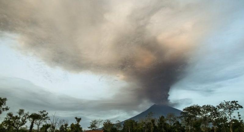 The Mount Agung volcano spews hot volcanic ash, as seen from Datah, Karangasem, Bali, Indonesia on November 27.//EPA-EFE