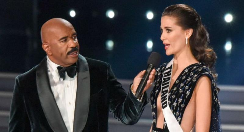 Host Steve Harvey speaks to Miss Thailand 2017 Maria Poonlertlarp during the 2017 Miss Universe Pageant on November 26, 2017 in Las Vegas, Nevada. // AFP PHOTO