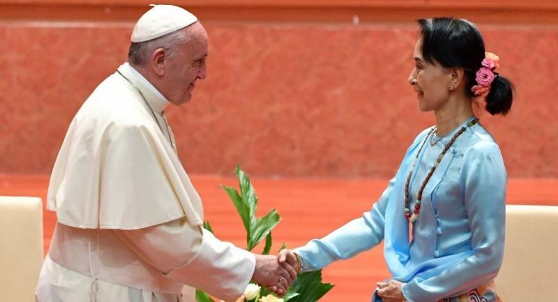 Pope Francis (L) shakes hands with Myanmar's civilian leader Aung San Suu Kyi during an event in Naypyidaw on November 28, 2017. // EPA-EFE PHOTO