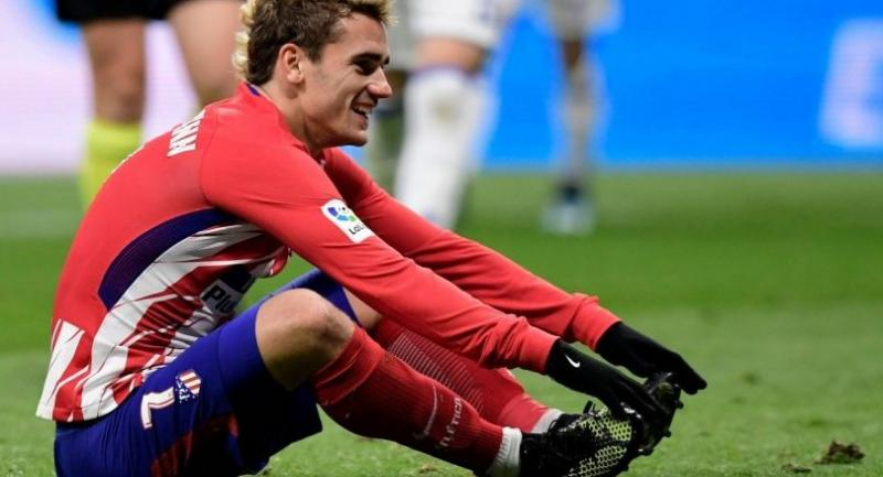 Atletico Madrid's French forward Antoine Griezmann reacts during the Spanish league football match Club Atletico de Madrid vs Real Sociedad at the Wanda Metropolitano stadium in Madrid on December 2, 2017. / AFP PHOTO .