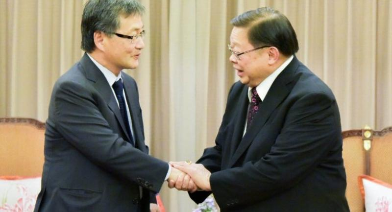 Joseph Yun, the US Special Representative for North Korea Policy  (left), meets with Deputy Foreign Minister Veerasak Futrakul at the Foreign Ministry yesterday (courtesy of the Foreign Ministry)