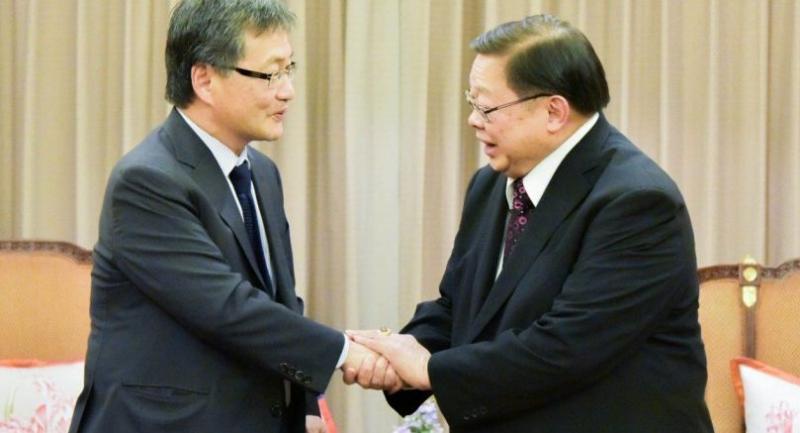 File photo : US special envoy for North Korea Joseph Yun meets Thai Deputy Foreign Minister Veerasak Futrakul on Thursday.