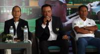 Thai golf legend Boonchu Ruangkit, middle, speaks during a press conference at the Rancho Charnvee Resort  with Thai No 2 Thongchai Jaidee on the right.