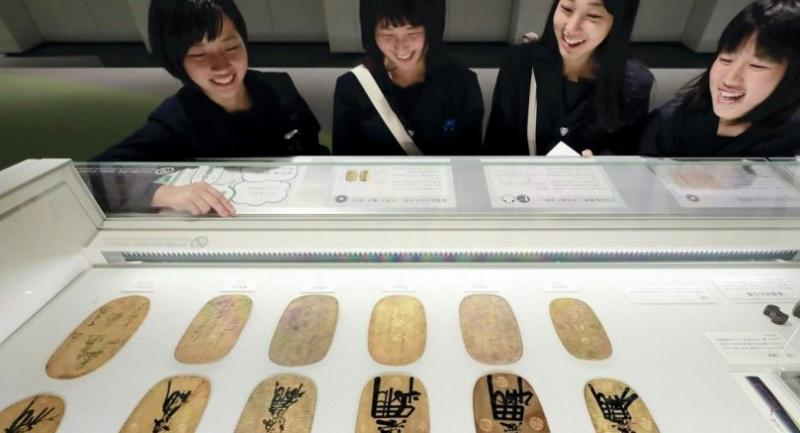 Various oban gold coins used during the Edo period are on view, the gold content varying by era./Yomiuri Shimbun