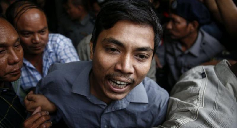 Reuters' journalist Kyaw Soe Oo (C) shouts as he leaves after the first appearance on his trial at Mingaladon township court in Yangon, Myanmar, 27 December 2017. /EPA-EFE