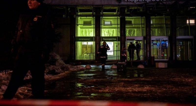 Firefighters and police officers work at the site of a blast in a supermarket in Saint Petersburg on December 27, 2017. / AFP PHOTO