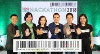 Salinla Seehaphan, third from left, corporate affairs director at Tesco Lotus, with representatives of startup enterprises that will be among those participating in a startup support initiative called Hackathon.