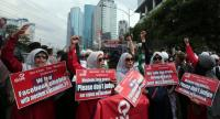 Indonesian Muslim women hold placards as they protest in front of the Facebook office in Jakarta, Indonesia, 12 January 2018.  EPA-EFE