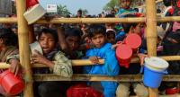 Rohingya Muslim refugees wait for food aid at Thankhali refugee camp in Bangladesh's Ukhia district on January 12, 2018. // AFP PHOTO