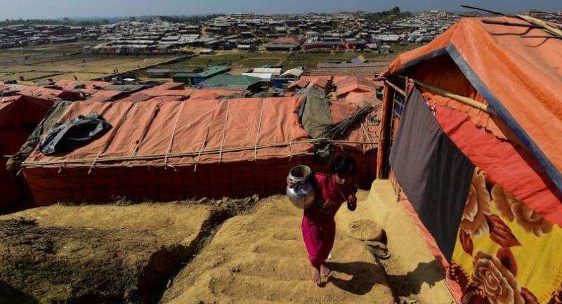A Rohingya Muslim refugee walks through Thankhali refugee camp in Bangladesh's Ukhia district on January 24, 2018./AFP
