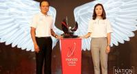 Pitak Pruittisarikorn, Chief Operating Officer, Honda Automobile Thailand and IMG representative Winnie Heng post with the new Thai LPGA trophy inspired by eagle.