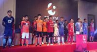 Players from each of the Thai League's 18 teams line up at yesterday's media conference.