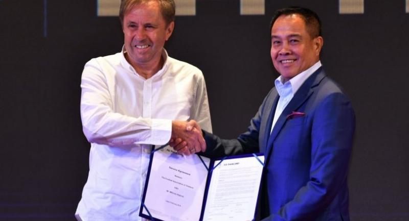 Milovan Rajevac and Thai football chief SomyotPoompanmoung.