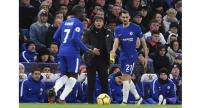 Chelsea's Italian head coach Antonio Conte (C) gestures on the touchline as Chelsea's Italian defender Davide Zappacosta (R) is on the ball during their English Premier League football match.