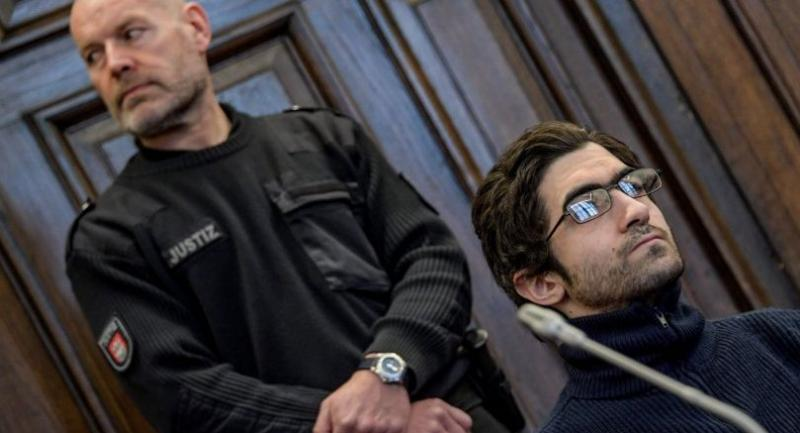 Ahmad Alhaw (R), a 27-year-old Palestinian man, waits in a courtroom on March 1, 2018 in Hamburg before the verdict in his trial over his knife attack in a supermarket that left one man dead and wounded six other people. // AFP PHOTO