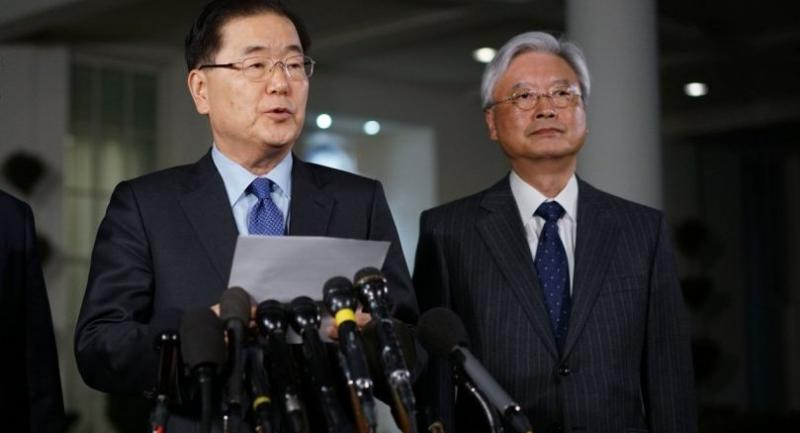 South Korean National Security Advisor Chung Eui-yong (L) briefs reporters outside the West Wing of the White House on March 8, 2018 in Washington, DC./AFP
