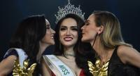 Vietnam's Nguyen Huong Giang (C), flanked by first runner up Australia's Jacqueline (R) and Thailand's Rinrada Thurapan, reacts after winning the title of Miss International Queen 2018.//AFP