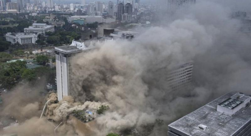Heavy smoke engulfs the Waterfront Manila Pavilion building, after a fire broke out at the hotel and casino complex in Manila on March 18, 2018. // AFP PHOTO