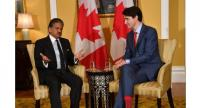 Canada's Prime Minister Justin Trudeau (R) chats with the chairman of Indian multinational conglomerate Mahindra Group, Anand Mahindra (L), during their meeting in Mumbai on February 20, 2018. (AFP/Indranil Mukherjee)
