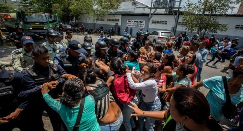 A group of relatives of prisoners protest before members of the Police, in the vicinity of the detention center of the State Police of Carabobo (center), in Valencia, Venezuela, on March 28.//EPA-EFE
