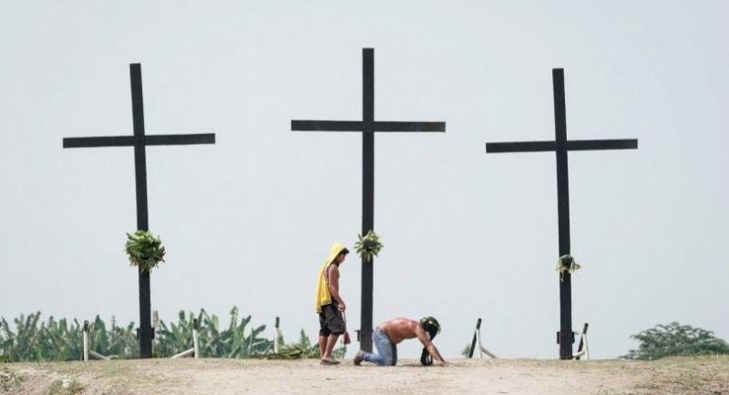 A flagellant is whipped on his back at a crucifixion site on Good Friday in San Pedro village, San Fernando, Pampanga, Philippines, 30 March 2018./EPA-EFE/MARK R. CRISTINO