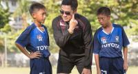 Piyapong Pue-on during a training session with under-12 players.