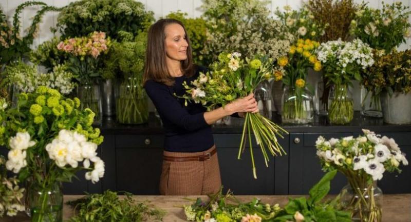 Florist Philippa Craddock arranges flowers in her studio in London on March 29, 2018. // AFP PHOTO