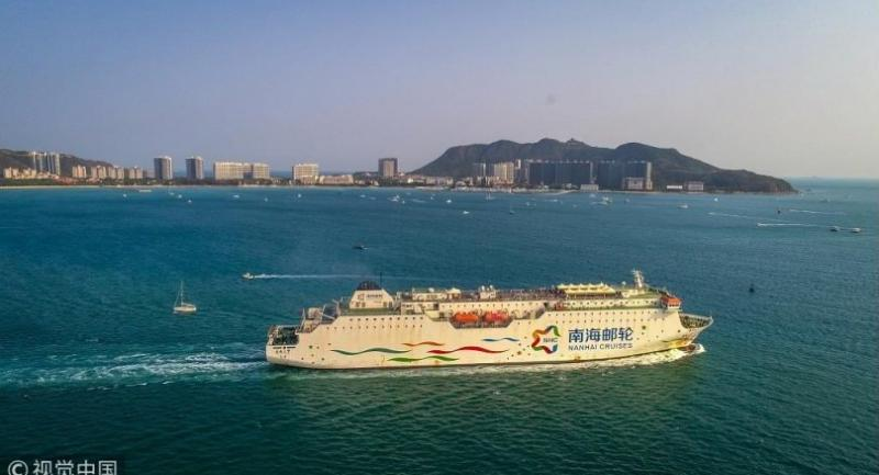 A cruise sails on sea waters off Phoenix Island in Sanya, Hainan province, March 27, 2018. [Photo/VCG]