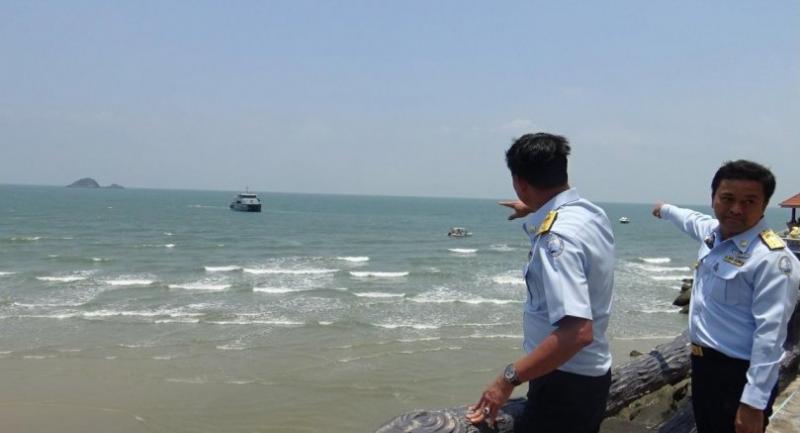 Officials inspect Hua Hin beach Wednesday.