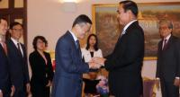 PM General Prayut Chan-o-cha exchanges a warm handshake with Alibaba Group founder and executive chairman Jack Ma, who visited Thailand yesterday.