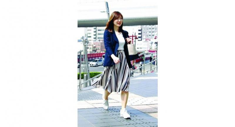 Mariko Inomata, who works at the Tokyo-based Asahi Soft Drinks Co.commutes in sneakers. (Photo/Japan News/Yomiuri)