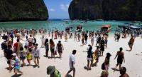 (File) Tourists on the Maya Bay beach, on the southern Thai island of Koh Phi Phi. // AFP PHOTO