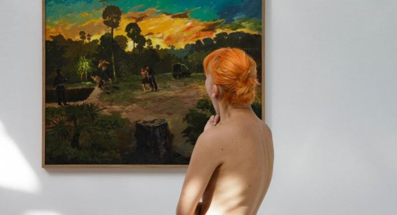 People take part in a nudist visit of the 'Discorde, Fille de la Nuit' season exhibition at the Palais de Tokyo museum in Paris on May 5, 2018. / AFP