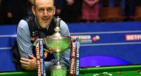 Wales's Mark Williams celebrates with the trophy after beating Scotland's John Higgins in the World Championship Snooker final match against at The Crucible in Sheffield, England on May 7, 2018. / AFP PHOTO / Paul ELLIS