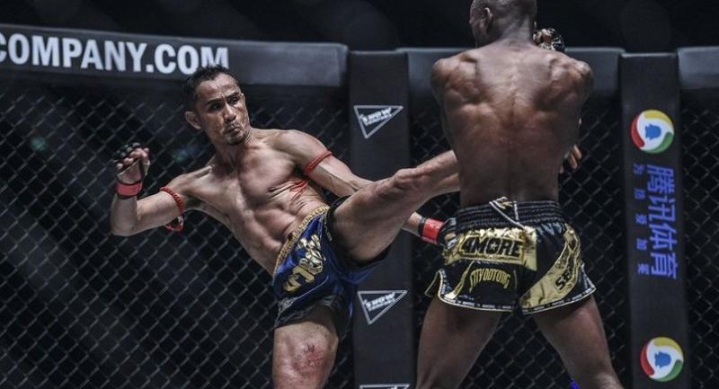 Sam-A Gaiyanghadao blast a kick to Sergio Wielzen.