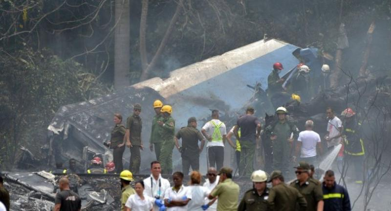 Emergency personnel work at the site of the accident after a Cubana de Aviacion aircraft crashed after taking off from Havana's Jose Marti airport on May 18, 2018./AFP