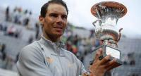 Spain's Rafael Nadal poses with the trophy after winning the Men's final against Germany's Alexander Zverev at Rome's ATP Tennis Open tournament at the Foro Italico, on May 20, 2018 in Rome. / AFP PHOTO / Filippo MONTEFORTE
