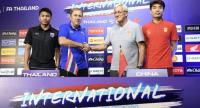 Milovan Rajevac, second from left, shakes hand with Marcello Lippi yesterday. The Thai and Chinese players are Thitipan Puangchan, in dark blue, and Zheng Zhi, in red.