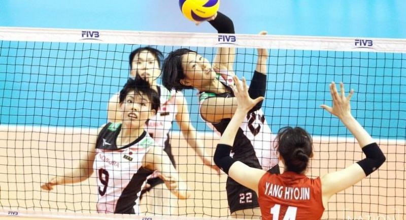 Japan's Kanami Tashiro smashes the ball to South Korean Yanh Hyo Jin.