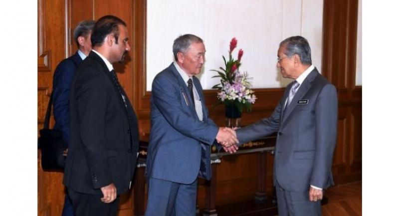 Prime Minister Dr Mahathir Mohamad meets Dr Shaariibuu Setev, the father of murdered Mongolian model Altantuya Shaariibuu, at the Perdana Putra Building on June 20. Also present was his lawyer Ramkarpal Singh (left).