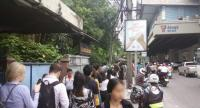 People make long queues under the BTS Onnuj station Monday morning.//Photo by @watcharate