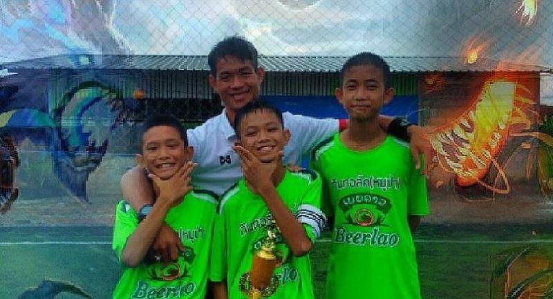 Assistant coach Ekkapon (C)